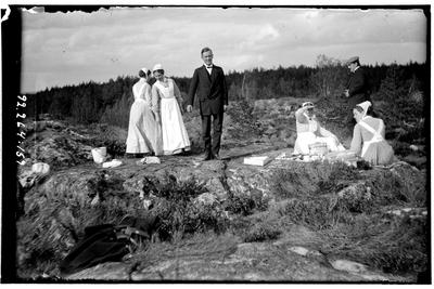 Hålahult sanatorium, exteriör, fyra kvinnor i uniform två män i kostym, i naturen på ett berg