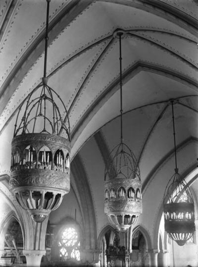 Ljuskronor Lysekils kyrka,  tillverkade av firman A-B Svensk Metallkonst i Uddevalla