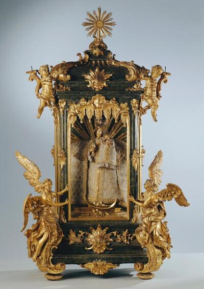 Hausaltärchen der heiligen Maria mit dem Kinde, von Engeln und Putten verehrt