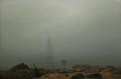 Meeresstrand im Nebel