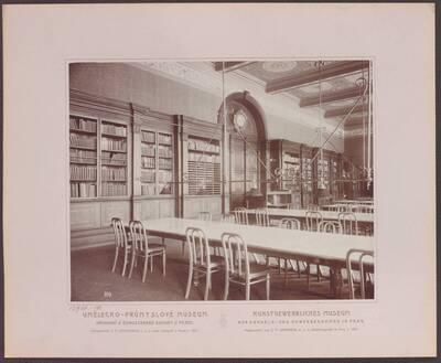 Fotografie des Lesesaals im Kunstgewerblichen Museums der Handels- und Gewerbekammer in Prag (vom Bearbeiter vergebener Titel)