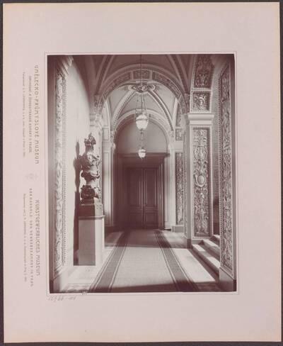 Fotografie des Korridors im Kunstgewerblichen Museums der Handels- und Gewerbekammer in Prag (vom Bearbeiter vergebener Titel)