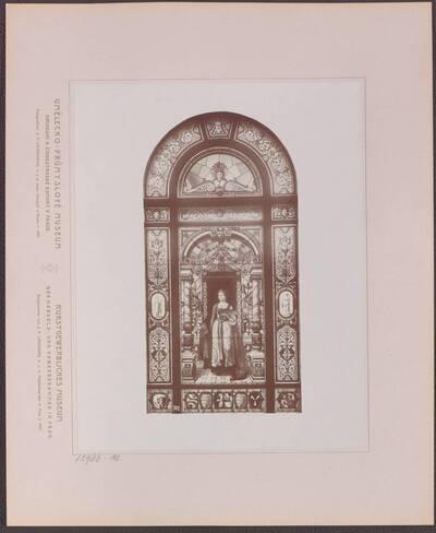 Fotografie eines Fensters im Treppenhaus des Kunstgewerblichen Museums der Handels- und Gewerbekammer in Prag (vom Bearbeiter vergebener Titel)
