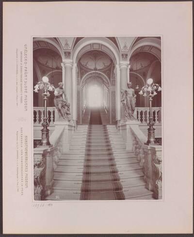 Fotografie des Treppenhauses im Vestibül des Kunstgewerblichen Museums der Handels- und Gewerbekammer in Prag (vom Bearbeiter vergebener Titel)
