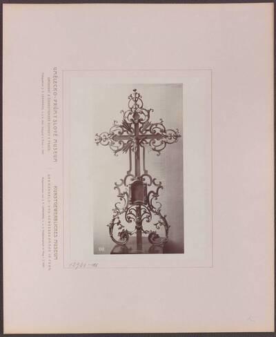 Fotografie eines Grabkreuzes aus Schmiedeeisen, aus dem 18. Jh. (vom Bearbeiter vergebener Titel)