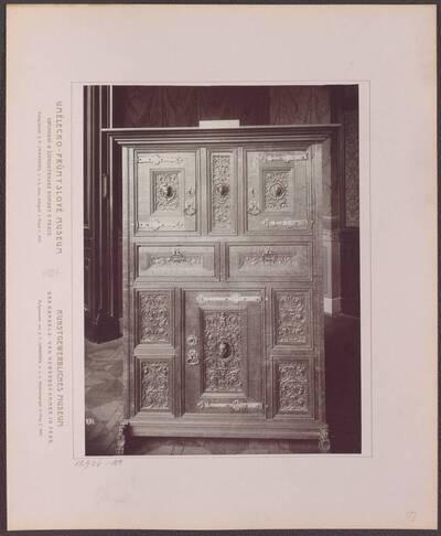 Fotografie eines Holzschrankes aus dem Rheinland, aus der ersten Hälfte des 16. Jh. (vom Bearbeiter vergebener Titel)