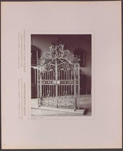 Fotografie eines Gittertores aus Schmiedeeisen mit Blattornamenten, aus Prag von 1707 (vom Bearbeiter vergebener Titel)