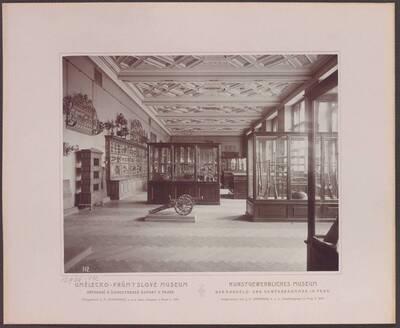 Fotografie des Saals mit Eisenarbeiten, im linken vorderen Trakt des ersten Stockwerkes im Kunstgewerblichen Museum der Handels- und Gewerbekammer in Prag (vom Bearbeiter vergebener Titel)