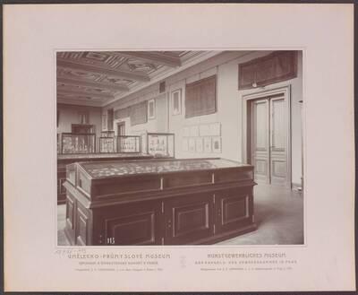 Fotografie des Saals mit Metallarbeiten, im rechten hinteren Trakt des ersten Stockwerkes im Kunstgewerblichen Museum der Handels- und Gewerbekammer in Prag (vom Bearbeiter vergebener Titel)
