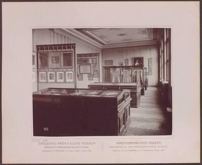 Fotografie des Saals mit Textilarbeiten, im linken hinteren Trakt des zweiten Stockwerkes im Kunstgewerblichen Museum der Handels- und Gewerbekammer in Prag (vom Bearbeiter vergebener Titel)