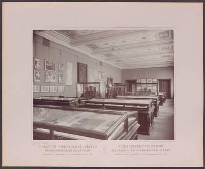 Fotografie des Saals mit Inneren Buchausstattungen, Einbänden etc., im linken vorderen Trakt des zweiten Stockwerkes im Kunstgewerblichen Museum der Handels- und Gewerbekammer in Prag (vom Bearbeiter vergebener Titel)