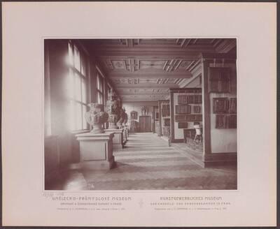 Fotografie des Saals mit Arbeiten aus Holz, im linken hintere Trakt des ersten Stockwerkes im Kunstgewerblichen Museum der Handels- und Gewerbekammer in Prag (vom Bearbeiter vergebener Titel)