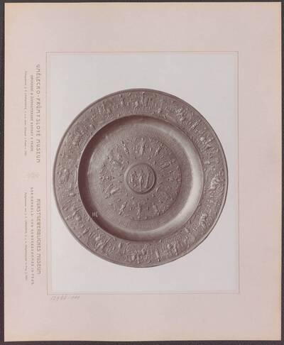 Fotografie einer Zinn-Schüssel mit plastischen Verzierungen, aus Frankreich oder den Niederlanden, vom Beginn des 17. Jh. (vom Bearbeiter vergebener Titel)
