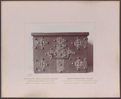 Fotografie einer Holz-Truhe (Seitenansicht) mit durchbrochenen gotischen Eisenbeschlägen, aus Böhmen um 1500 (vom Bearbeiter vergebener Titel)