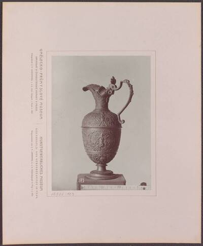 Fotografie einer Zinn-Kanne mit plastischen verzierungen, aus Frankreich vom Ende des 16. Jh. (vom Bearbeiter vergebener Titel)