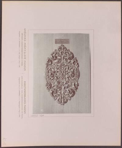 Fotografie einer Unterplatte eines Türgriffes, aus Augsburg aus dem 17. Jh. (vom Bearbeiter vergebener Titel)