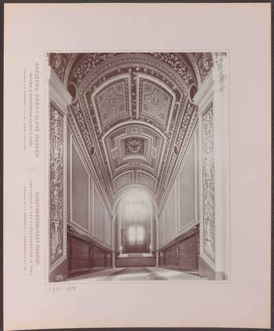 Fotografie des Treppenhauses, vom Podest des ersten Stockwerkes in Richtung des Vestibüls, im Kunstgewerblichen Museum der Handels- und Gewerbekammer in Prag (vom Bearbeiter vergebener Titel)