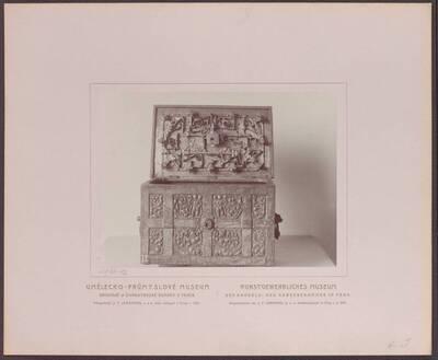 Fotografie einer Eisen-Kassette mit durchbrochenen Verzierungen, aus Böhmen (vom Bearbeiter vergebener Titel)