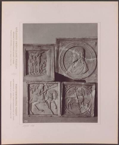 Fotografie vierer Ofenkacheln aus Ton, vom 15.-16. Jh. (vom Bearbeiter vergebener Titel)
