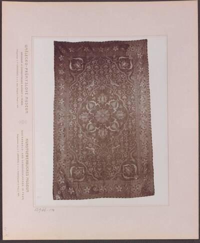 Fotografie eines Gobelin aus roter Seide, aus Persien aus dem 17. Jh. (vom Bearbeiter vergebener Titel)