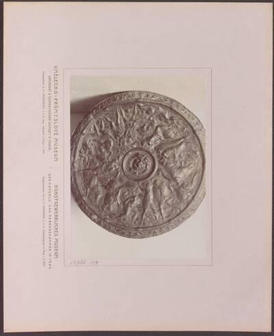 Fotografie eines Schildes aus Leder, mit Kampfszenen und dem Medusenhaupt, aus dem 16. Jh. (vom Bearbeiter vergebener Titel)