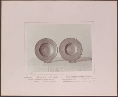 Fotografie zweier gravierter Zinn-Teller, einer von 1691 mit einer Dame mit Spiegel, einer von 1692, beide aus Böhmen (vom Bearbeiter vergebener Titel)