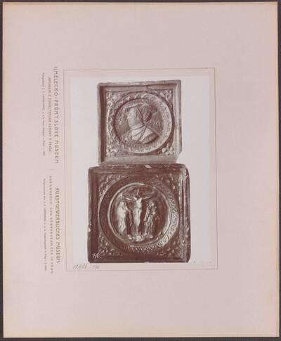 Fotografie zweier mehrfarbig glasierter Ofenkacheln aus Ton, eine aus Böhmen aus der Mitte des 16. Jh. und eine aus Deutschland aus der zweiten Hälfte des 16. Jh. (vom Bearbeiter vergebener Titel)