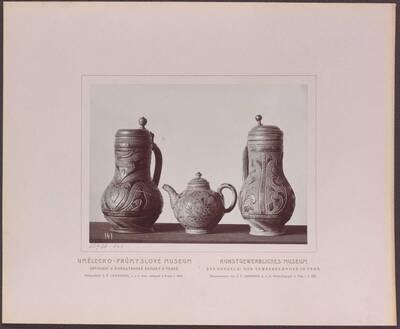 Fotografie zweier Steinzeug-Krüge mit Zinndeckel, einer davon aus Böhmen aus dem 18. Jh. und einer Steinzeug-Kanne aus Böhmen aus dem 18. Jh. (vom Bearbeiter vergebener Titel)