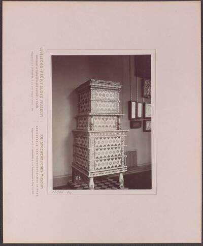 Fotografie eines mehrfarbig glasierten Ofens, aus Tirol aus der zweiten Hälfte des 16. Jh. (vom Bearbeiter vergebener Titel)