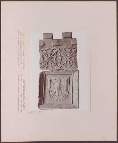 Fotografie zweier Ofenkacheln aus Ton aus dem 15. Jh, eine vom Schloss Waldek und eine aus Kuttenberg (vom Bearbeiter vergebener Titel)