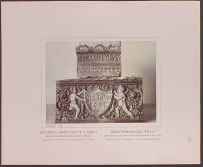 Fotografie zweier glasierter Ofenkacheln aus Kuttenberg, eine aus der ersten Hälfte des 16. Jh und eine von 1594 (vom Bearbeiter vergebener Titel)