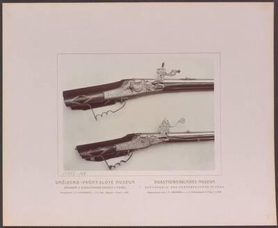 Fotografie zweier Radschlossbüchsen, eine mit dem hl. Martin und dem Bettler, vom Ende des 17. Jh. und eine mit einer Fuchsjagd, aus der zweiten Hälfte des 17. Jh. (vom Bearbeiter vergebener Titel)