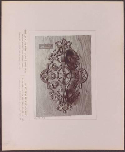 Fotografie eines Türgriffes, aus Prag vom Beginn des 18. Jh. (vom Bearbeiter vergebener Titel)