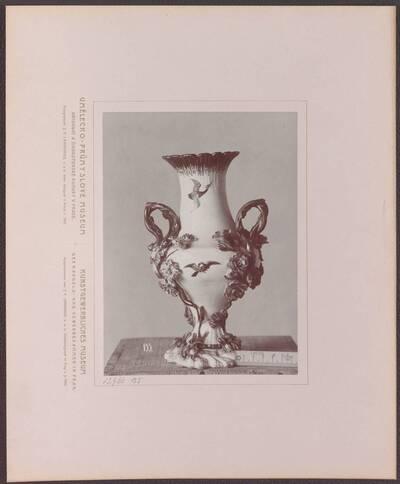 Fotografie einer Vase aus Porzellan mit Malerei und plastischen Blüten, aus Frankreich, von 1750-55 (vom Bearbeiter vergebener Titel)