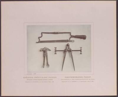 Fotografie dreier Instrumente (Werkzeuge) aus Eisen, aus Böhmen aus dem 17. Jh. (vom Bearbeiter vergebener Titel)