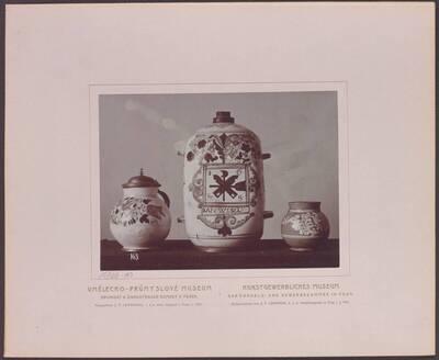 Fotografie eines Fayence-Kruges mit Zinndeckel, von 1669, einer Schraubflasche aus Ton aus der Slowakei mit der Inschrift: