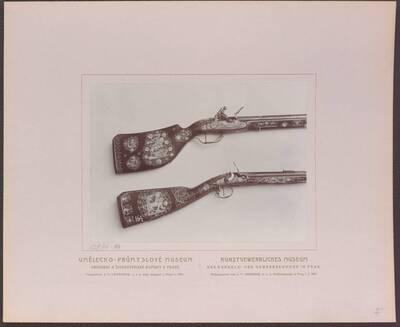 Fotografie zweier Flinten mit Einlegearbeiten aus Elfenbein und Perlmutt, eine mit einer Darstellung des hl. Georg von 1657 und eine aus der zweiten Hälfte des 17. Jh. (vom Bearbeiter vergebener Titel)