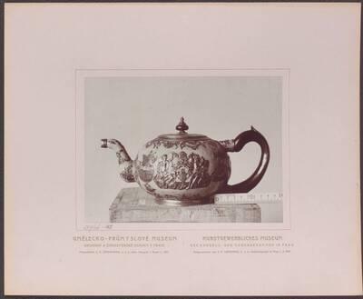 Fotografie einer Tee-Kanne aus Metall, mit plastischen Verzierungen und Email, aus dem 18. Jh. (vom Bearbeiter vergebener Titel)