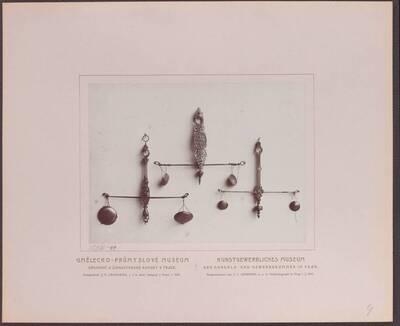 Fotografie dreier Gold-Waagen aus Messing, aus dem 18. Jh. (vom Bearbeiter vergebener Titel)