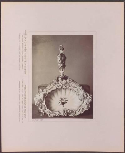 Fotografie eines Krugs und einer Schüssel aus Fayence, mit plastischem Dekor (vom Bearbeiter vergebener Titel)