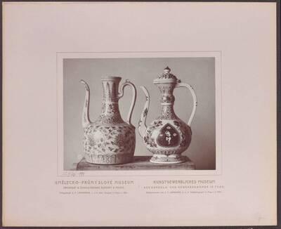 Fotografie zweier chinesischer Kannen aus Porzellan, eine im persischen Stil und eine mit Deckel (vom Bearbeiter vergebener Titel)