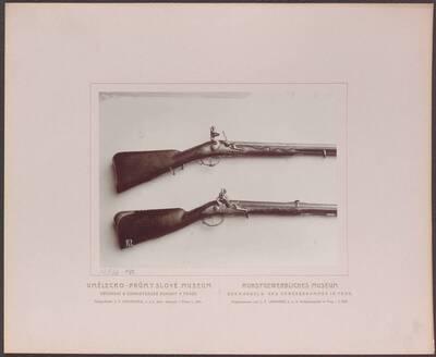 Fotografie zweier Flinten, eine von Francesco Bianci aus dem 17. Jh. und eine von Caspar Zelner aus dem 18. Jh. (vom Bearbeiter vergebener Titel)