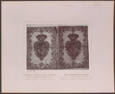 Fotografie eines Bucheinbandes aus weißem Atlas mit Gold und Seide bestickt, mit dem Wappen von Ungarn, Böhmen, Burgund und Baar, aus dem 18. Jh. (vom Bearbeiter vergebener Titel)