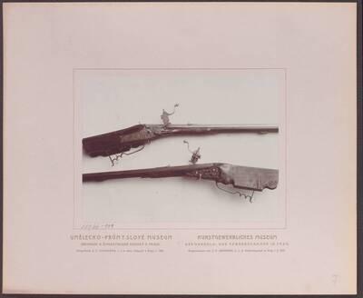 Fotografie einer Radschlossbüchse mit einer geschnittenen Jagdszene, aus dem 18. Jh. (vom Bearbeiter vergebener Titel)