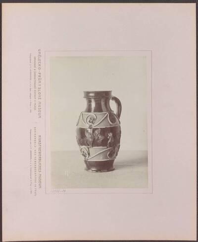 Fotografie eines mehrfarbigen Steinzeug-Kruges mit plastischen Verzierungen, aus Deutschland aus dem 16. Jh. (vom Bearbeiter vergebener Titel)