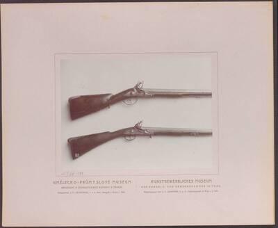 Fotografie zweier Flinten, eine von Thoma Marckel aus dem 18. Jh. und eine mit der tauschierten Inschrift