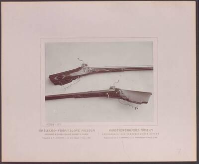 Fotografie einer Radschlossbüchse mit einem Hahn in Form eines Delphins, von Johann Korb, aus dem 17. Jh. (vom Bearbeiter vergebener Titel)