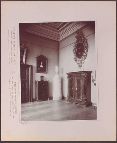 Fotografie des Saals mit Arbeiten aus Holz, im linken hinteren Trakt des Kunstgewerblichen Museums der Handels- und Gewerbekammer in Prag (vom Bearbeiter vergebener Titel)