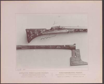 Fotografie einer Muskete mit Lunetnschloss, von 1628 und einer Bergmannsaxt von 1656 (vom Bearbeiter vergebener Titel)