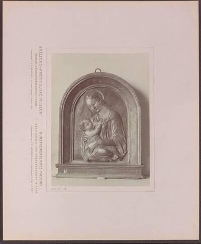 Fotografie eines bemalten Stucco-Reliefs mit Madonna mit dem Kind, aus Florenz aus dem 15. Jh. (vom Bearbeiter vergebener Titel)